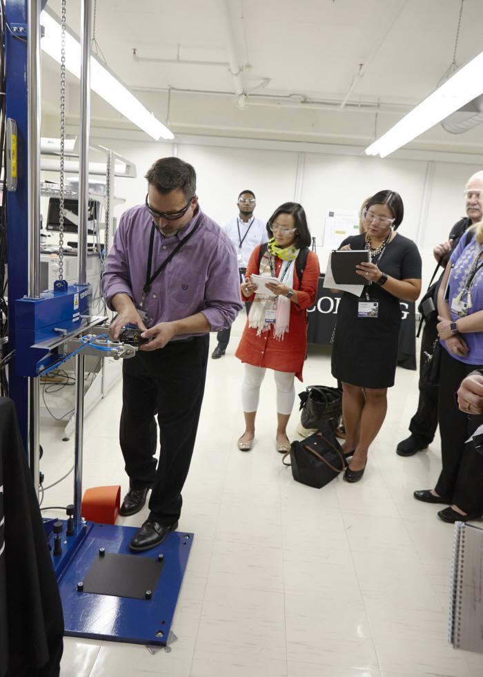 코닝 연구소 직원이 고릴라글래스5의 낙하실험을 직접 시연하고 있다. (사진=코닝글래스테크놀로지)