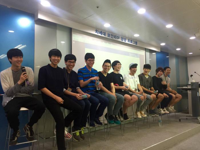 지난해 데프콘 CTF23에서 우승한 `DEFKOR` 팀원들이 활짝 웃고 있다. (자료:전자신문)