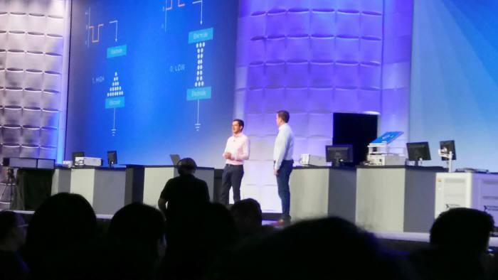 후안 사에즈 샌디스크 수석 엔지니어(왼쪽)가 NI SMU 활용 사례를 소개하고 있다.