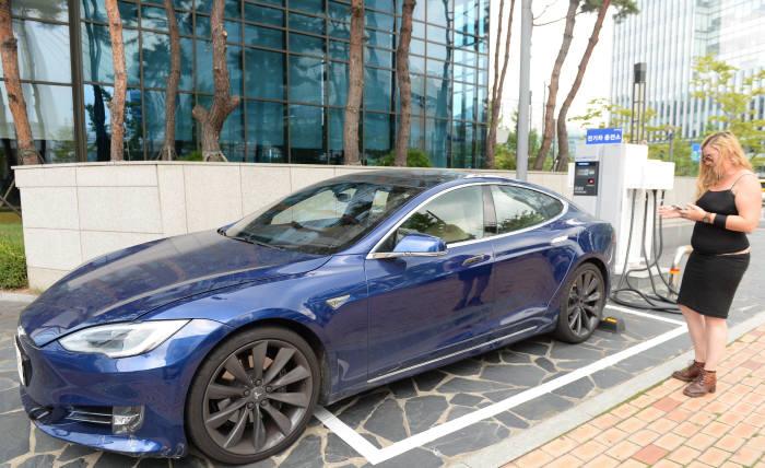 22일 경기도 성남 판교 포스코ICT 전기차 충전소에 세워져 있는 테슬라 전기차 `모델S`와 운전자. (박지호 기자)