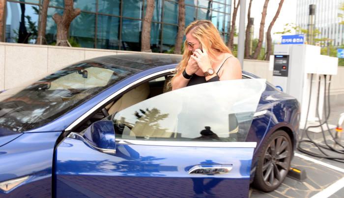 테슬라 전기차 모델S에 탑승중인 운전자.(박지호 기자)