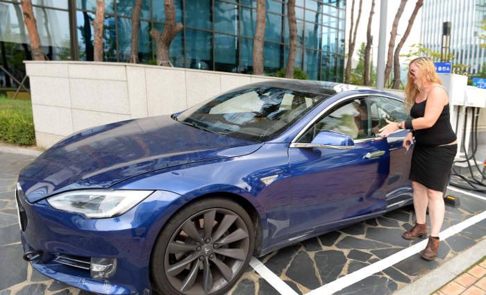 22일 경기도 성남 판교에서에서 테슬라 본사 관계자가 테슬라 전기차를 시험운행하기 위해 `모델S`에 탑승하고 있다.(박지호 기자)