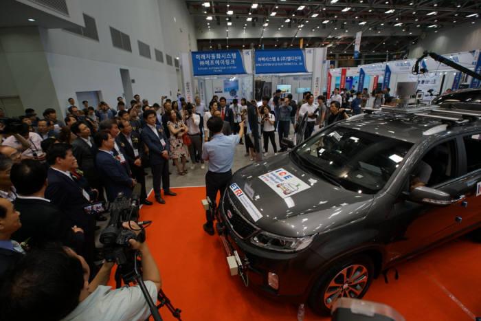 IT융합엑스포에서 경북IT융합산업기술원이 자율주행자동차 시연을 하는 모습