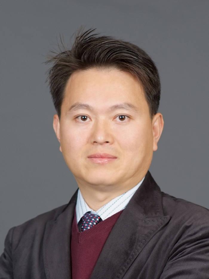 광폭 표면처리용 선형 이온빔 소스와 공정기술을 개발한 김도근 재료연 책임연구원.