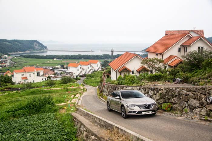 남해 `독일마을`에서 주행 중인 르노삼성자동차 디젤 중형 세단 `SM6 dCi` (제공=르노삼성자동차)