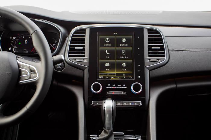 르노삼성자동차 디젤 중형 세단 `SM6 dCi`에 장착된 8.7인치 LCD 중앙 디스플레이 (제공=르노삼성자동차)