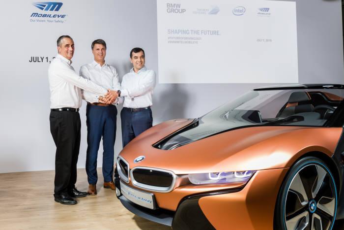 인텔은 BMW, 모빌아이와 손잡고 2021년 완전 자율주행 자동차를 공동 개발키로 합의했다.