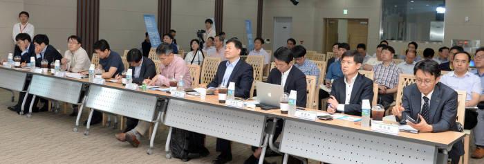 K-ICT 창업멘토링센터 상반기 데모데이가 경기도 판교 스타트업 캠퍼스에서 열렸다. 각 스타트업 관계자가 자사에 대해 발표하고, 이를 투자자들이 검토하고 있다.