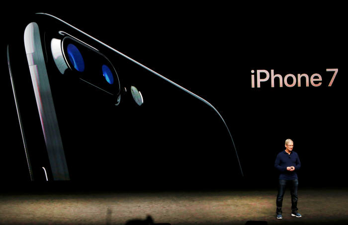 팀 쿡 애플 CEO가 아이폰7을 소개하고 있다.