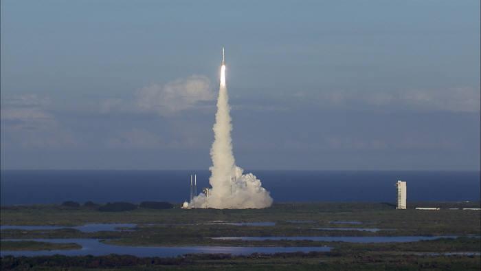 소행성 탐사선 `오시리스-렉스`를 실은 로켓이 발사되고 있다.