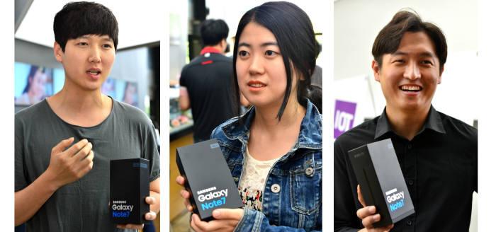 삼성전자 갤럭시노트7 신제품 교환이 19일 이동통신사 매장에서 시작됐다. 새 제품을 교환받은 시민들. 윤성혁기자 shyoon@etnews.com