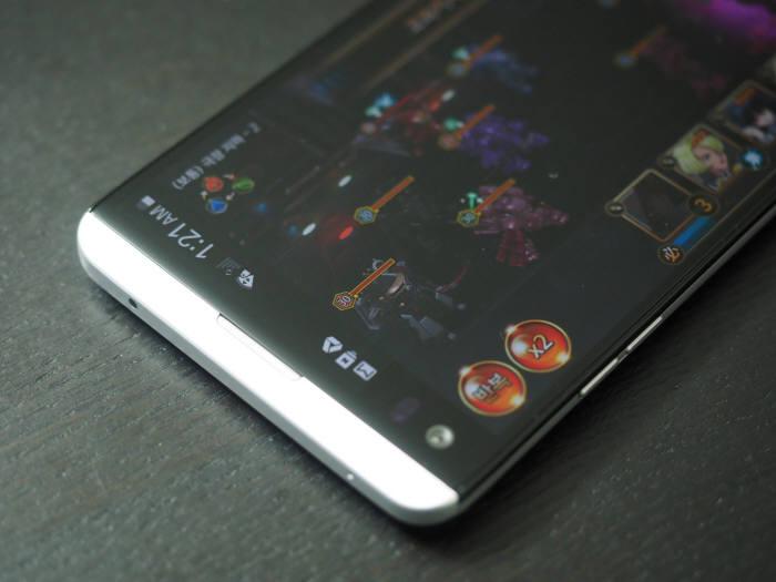 게임을 즐기면서도 세컨드 스크린을 통해 시간과 배터리, 각종 알림 상황을 화면 방해없이 확인 가능하다.