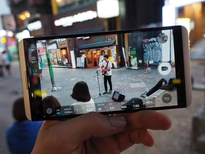 홍대에서 만난 싱어송라이터. 비디오 전문가 모드를 통해 24비트 하이파이 영상을 녹화했다.