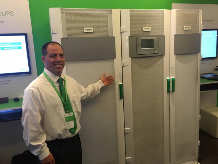 슈나이더 일렉트릭 관계자가 리튬 배터리를 탑재한 UPS, `갤럭시 VM`을 소개하고 있다.
