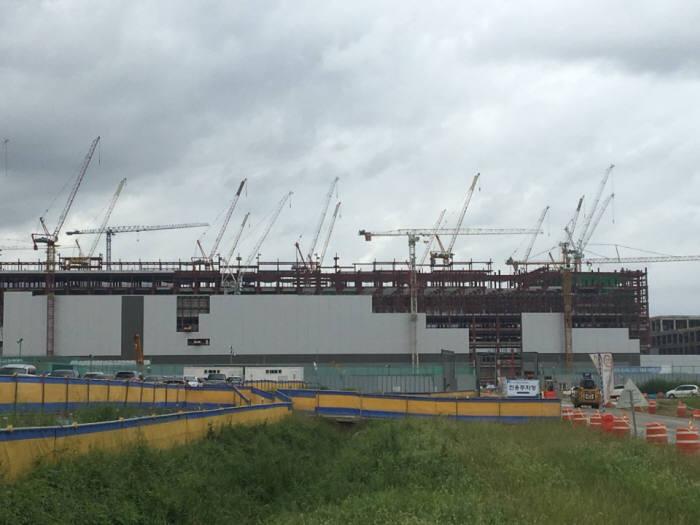 9월초 평택 고덕산업단지 삼성전자 반도체 공장 건설 현장. 아직 외벽 공사가 한창이다.