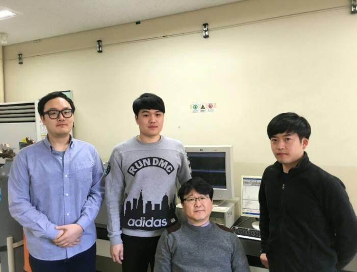김태오 금오공대 교수(앉은이)와 연구진들.