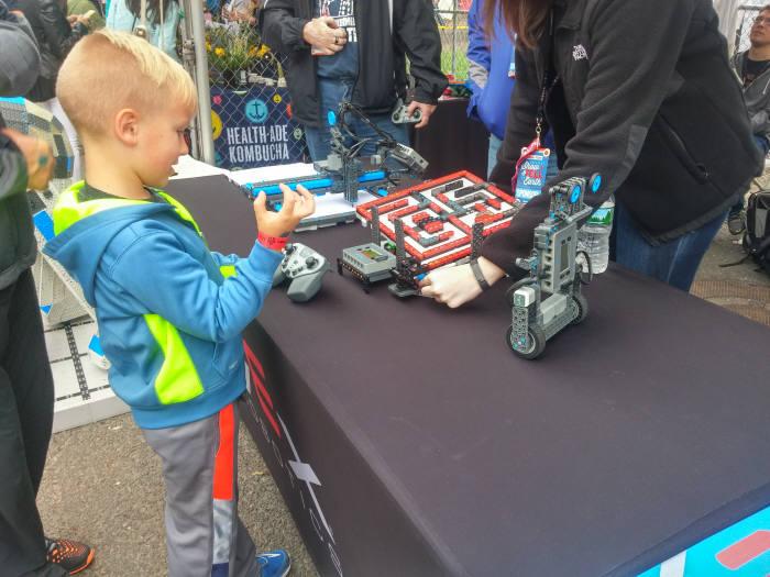 로봇을 조종하는 어린이