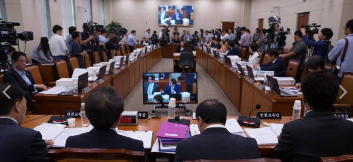 6일 교문위 국감에서 유성엽 위원장이 국감 중지를 선언하고 교문위 일반회의를 열자 새누리당 의원이 집단 퇴장했다