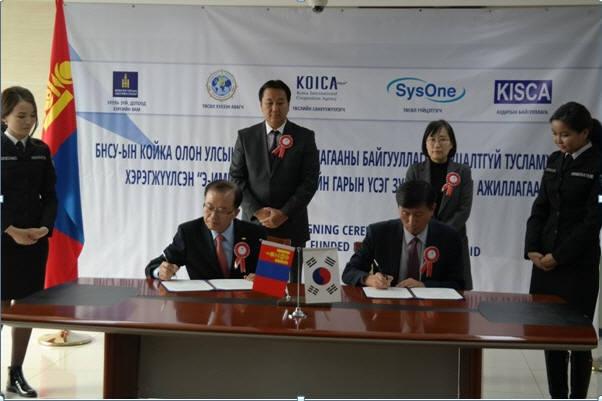 이갑수 시스원 대표(왼쪽)와 이용근 KISCA(PMC) 상무가 계약서에 서명하고 있다