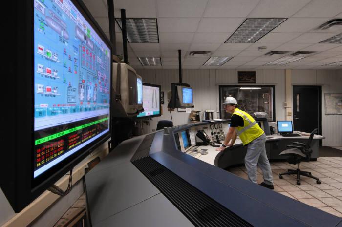 슈나이더일렉트릭 직원이 공정 최적화 소프트웨어를 사용해 공장 운영상황을 점검하고 있다.