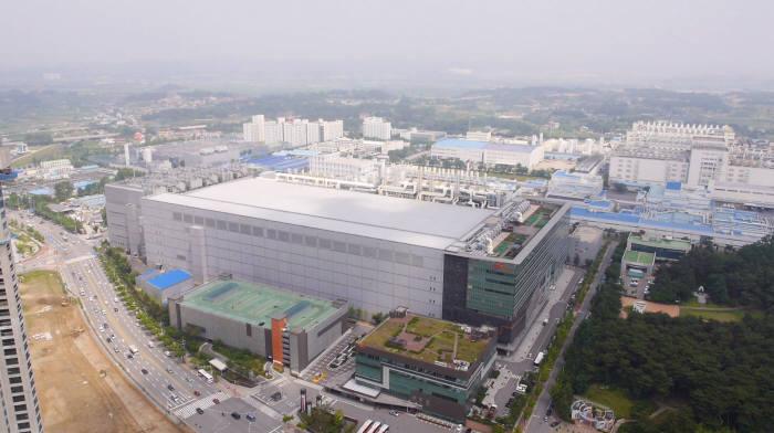 SK하이닉스 청주사업장. 2시 방향 흰색 건물이 M8.