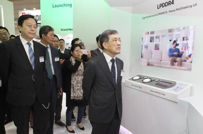권오현 삼성전자 부회장이 삼성전자 반도체 전시관을 둘러보고 있다.
