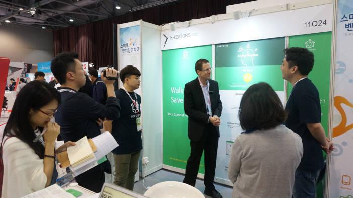 홍콩 글로벌 소시스 전자전에서 크리에이터스 관계자가 해외 바이어에게 자사 제품에 대해 설명하고 있다.