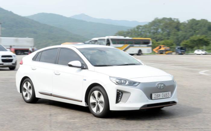 지난 7월에 출시된 현대차 아이오닉 일렉트릭. 이 차는 출시 4개월 만에 약 4000건의 구매 접수를 받는 상태다.