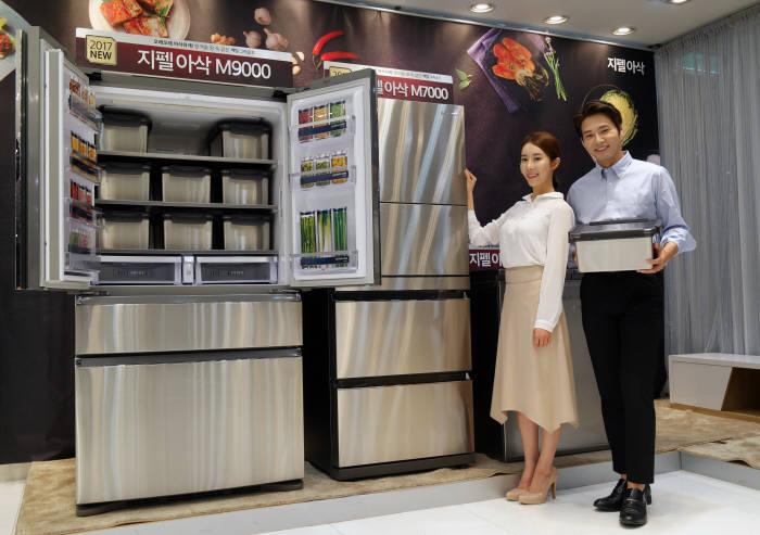 LG전자는 유산균 숙성에, 삼성전자는 정온유지에 집중한 김치냉장고 신제품을 공개했다.