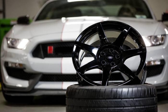 머스탱 쉘비 GT350R의 탄소 섬유 휠