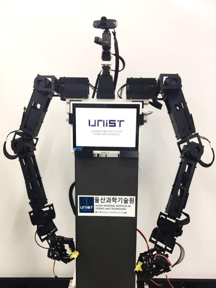 배준범 UNIST 교수가 개발한 원격 조종 재난현장 대응로봇.