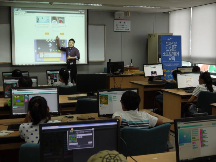 `제1회 드림업 SW교육` 에 참여한 학생들이 로봇 프로그래밍을 위한 사전 교육을 듣고 있다.