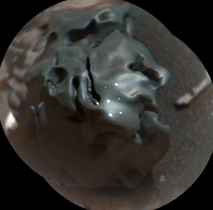 화성에서 발견된 정체불명의 검은색 돌. 출처=스페이스닷컴