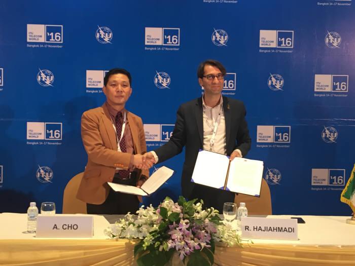 조정현 코발트레이 대표(왼쪽)와 레제 하지아마디 아리아나 부회장이 POS와 리테일 결제 시스템 구축 협약을 체결했다.
