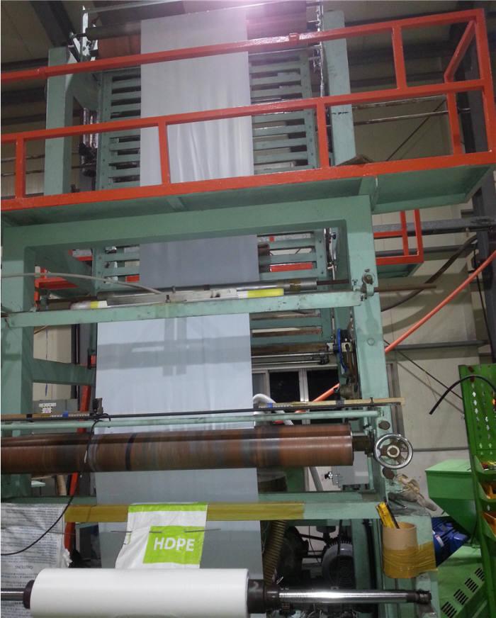 인테크 공장에서 터지지 않는 쓰레기봉투를 생산하고 있다.