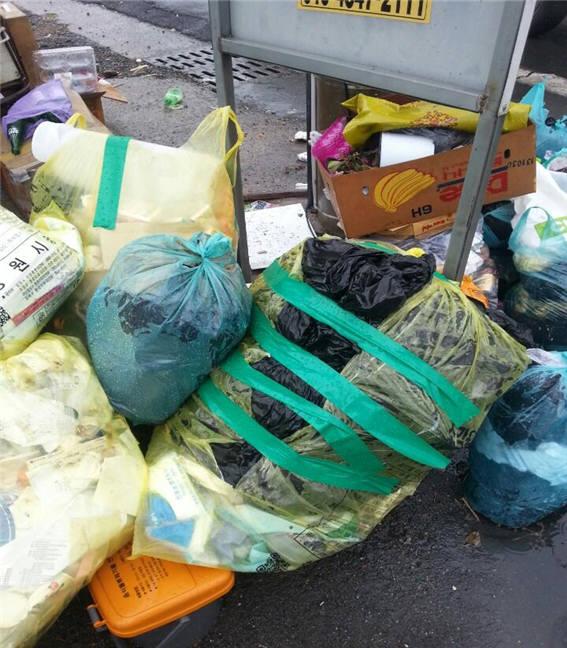 터져서 테잎으로 붙여 놓은 쓰레기 봉투.