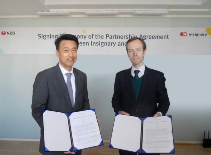 김중원 NDS 대표(왼쪽)와 셰인 코크랜 인사이너리 글로벌 영업총괄이 총판계약 체결 후 기념촬영했다.