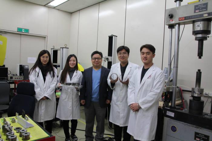 김형섭 단장(가운데, 포항공대 교수)이 포항공대 고엔트로피합금연구소 개소 후 연구원들과 기념 촬영했다.