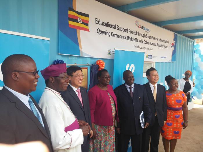 한석수 한국교육학술정보원장(왼쪽에서 세번째)과 우간다 교육 관계자들이 `솔라스쿨` 개소식 후 기념촬영했다. KERIS 제공