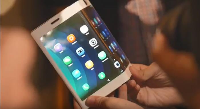 지난 8월 레노버가 공개한 폴더블 스마트폰 시제품. 디스플레이를 바깥으로 구부리는 형태의 아웃폴더블 제품이다. (사진=유튜브 영상 캡쳐)
