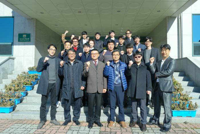 이정수 사장(앞줄 왼쪽 세번째) 등 바론시스템 임직원이 단체 기념사진 촬영을 했다.
