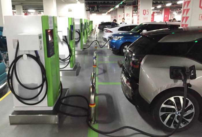 21일 서울 잠실 롯데월드몰 지하 주차장에서 전기차가 충전되고 있다. 지하 2층 주차장에만 급속충전기 6기를 포함해 총 12개 충전기가 설치됐다.