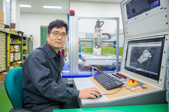 공작기계용 전장품 국산화 과제를 이끌고 있는 김홍주 센터장.