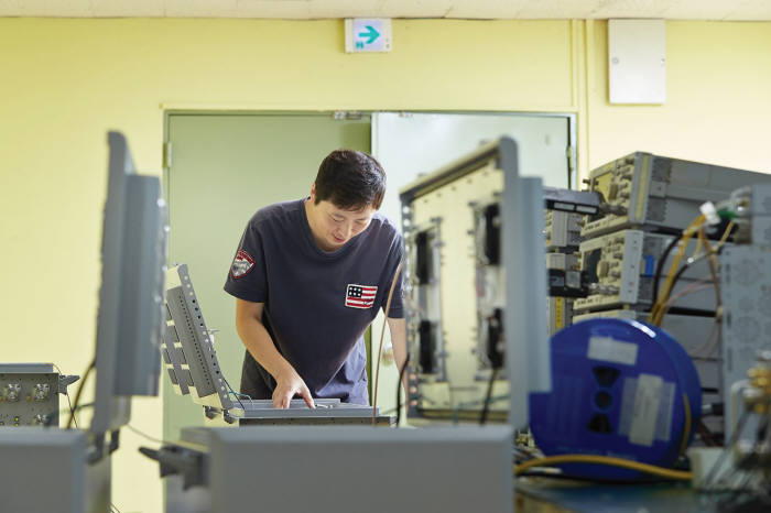 원정희 책임연구원이 `ADX-HPR` 제품 내부를 살펴보고 있다.