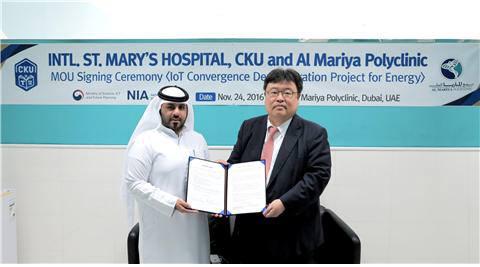 기선완 국제성모병원 기획조정실장(오른쪽)과 마지드 아흐메드 주마 압둘라 알 와라지크 알마리아병원 매니징디렉터와 에너지 효율화 양해각서를 교환하고 있다.
