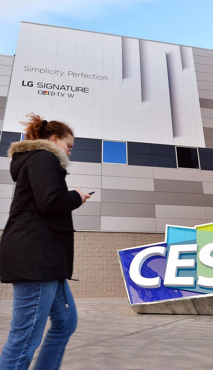 LG전자는 `CES 2017`이 열리는 미국 라스베이거스 컨벤션센터에 벽지 형식의 신개념 TV `LG 시그니처 올레드 TV W`를 알리는 대형 옥외광고를 설치했다. 라스베이거스(미국)=김동욱기자 gphoto@etnews.com