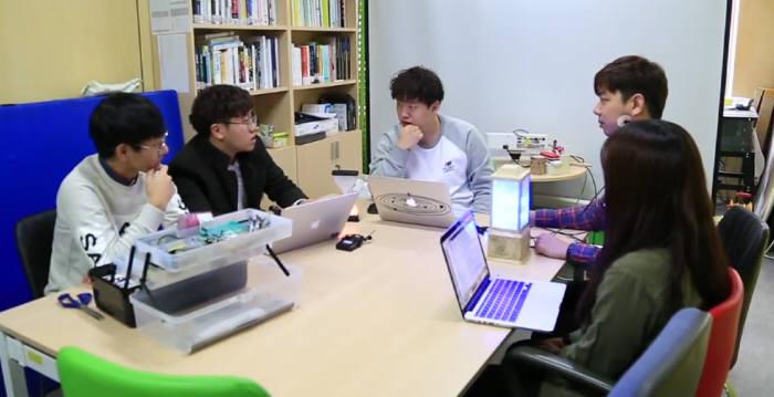 성균관대 휴먼ICT융합학과 학생들이 공동연구를 위한 아이디어 토론을 하고 있다.