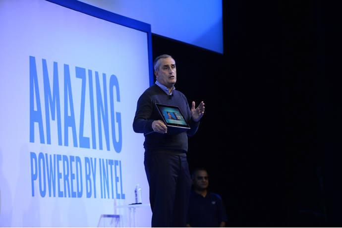 브라이언 크러재니치 인텔 CEO가 4일(현지시간) CES 기자회견에서 10나노 캐논레이크 칩이 탑재된 2-in-1 PC를 시연해보이고 있다.