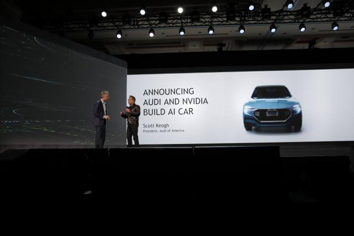 젠슨 황 엔비디아 CEO(사진 오른쪽)는 4일 CES 기조연설에서 아우디와 인공지능 자동차를 공동 개발한다고 밝혔다. 사진 왼쪽은 스콧 케오그 미국 아우디 법인 대표