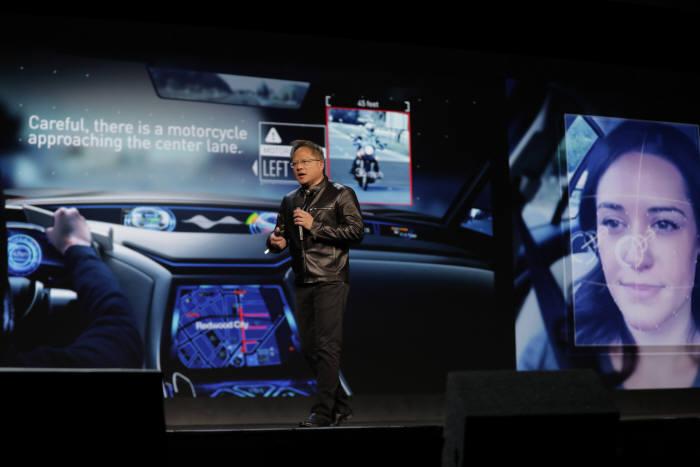 젠슨 황 엔비디아 CEO가 인공지능 기반 보조 운전자 기술을 소개하고 있다.